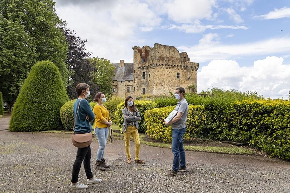 Visiteurs au château de Châteaubriant © Paul Pascal